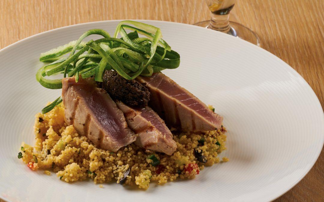 Steak z tuňáka s kuskusem a olivovou tapenádou